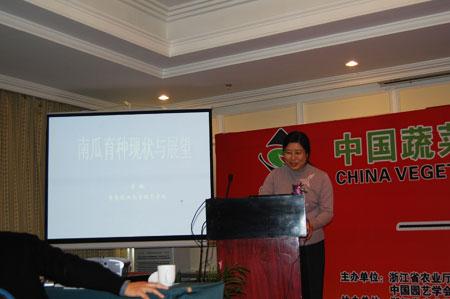 图为青岛农业大学园艺学院李敏教授谈