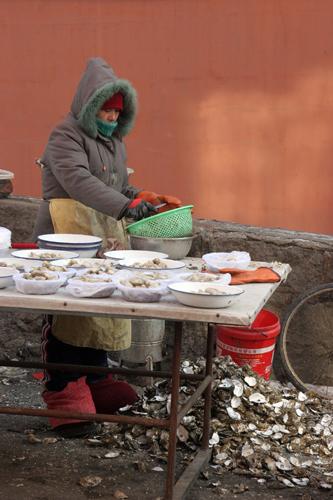 今冬辽宁丹东海鲜市场的各种常见海鲜供货量不多,但百姓常吃的海蛎子